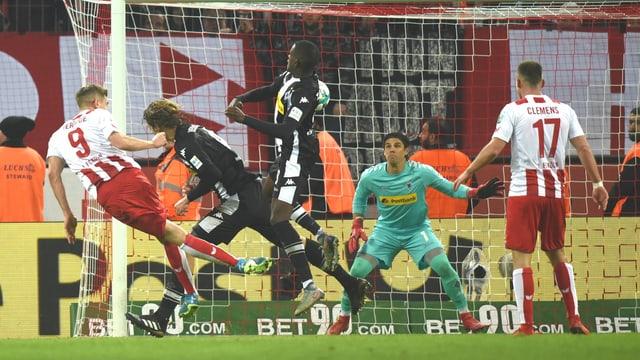 Simon Terodde köpfelt Köln zum Sieg.