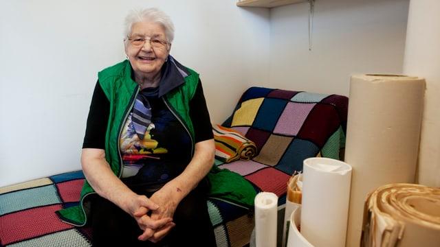 Eine Frau sitzt auf einem Sofa