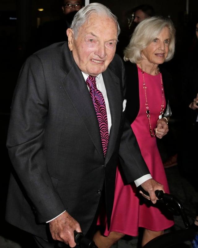 David Rockefeller mit einem Rollator neben einer älteren Dame.