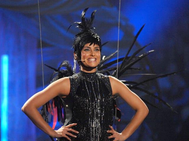 Nelly Furtado lachend in Schwarzem Vogelkostüm auf der Bühne