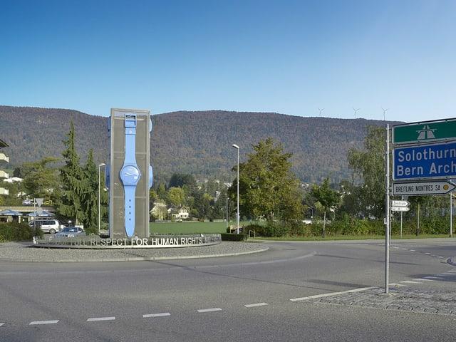 Der Monbijou-Kreisel in Grenchen. Im Hintergrund auf dem Jurazug relativ klein zu sehen, die Windräder.