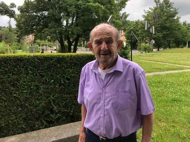 Senior in lilafarbenem Hemd.