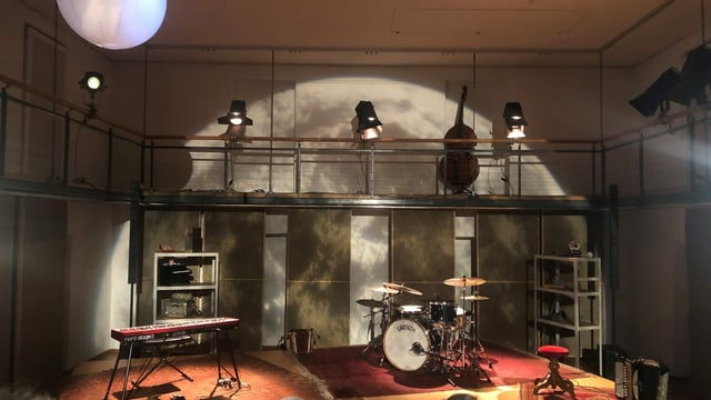 Das Bühnenbild mit den Instrumenten.