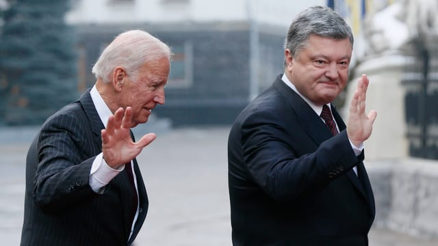 Biden und Poroschenko winken in die Kamera.