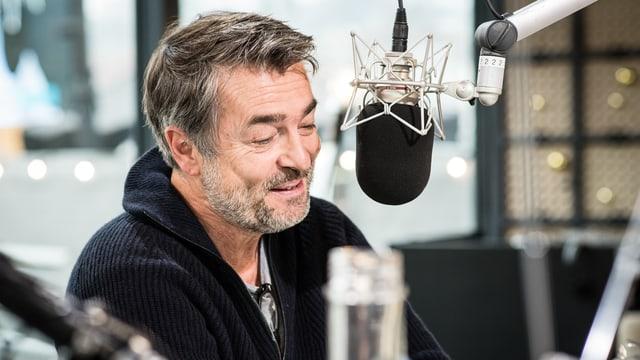 Stefan Gubser redet ins Radiomikrofon