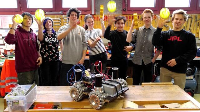 Team (7 von 10) «6417 Fridolins Robotic» der Kanti Glarus: Sven, Linda, Julian, Nina, Emre, Luca und Christian (v.l.n.r.).
