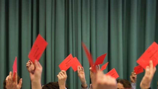 rote Zettel vor einer grauen Wand