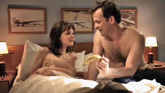 Eine Frau und ein Mann im Bett.