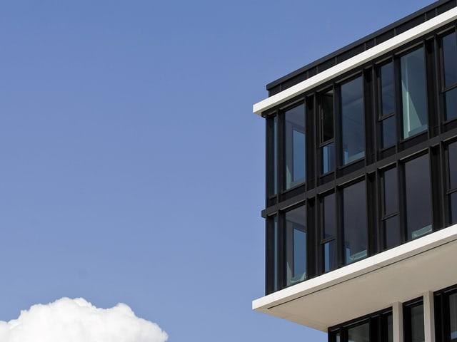 Glassfassade vor blauem Himmel