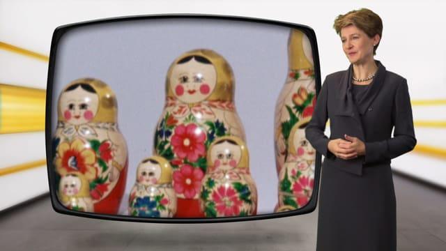 Bundesrätin Simontta Sommaruga, stehend vor Bild im Kassensturz-Dekor
