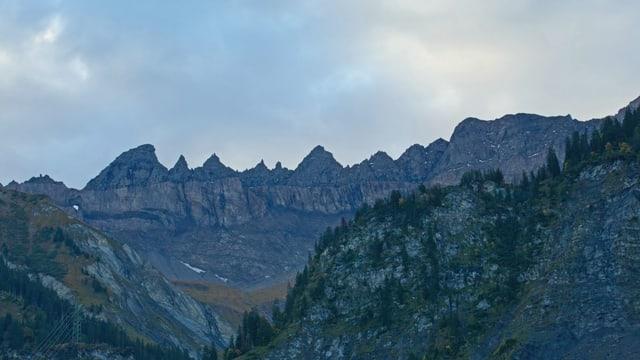 Hauptüberschiebung der Tektonikarena Sardonia, verschiedene Bergzacken