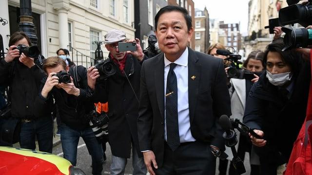 Der abgesetzte Botschafter Burmas in Grossbritannien, Kyaw Zwar Minn, steht vor der Botschaft in London – umzingelt von Journalisten.
