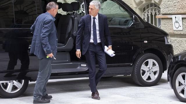 Lauber (rechts) unterwegs zum Hearing bei der SP-Fraktion im Bundeshaus.