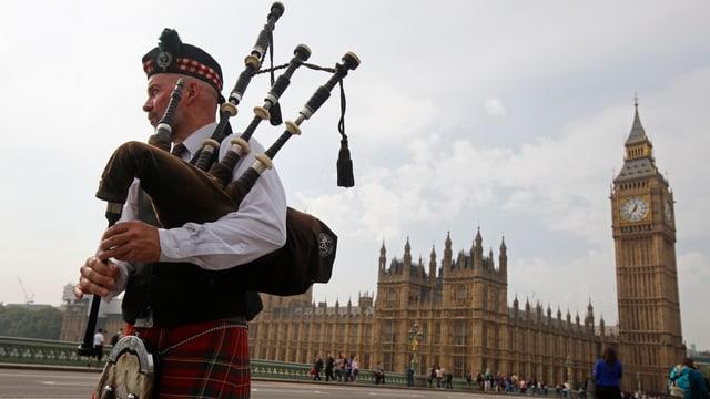 Ein Dudelsackspieler auf dem Westminster-Platz in London