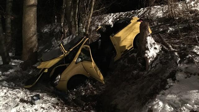 Ein zerstörtes Auto in einem Bach