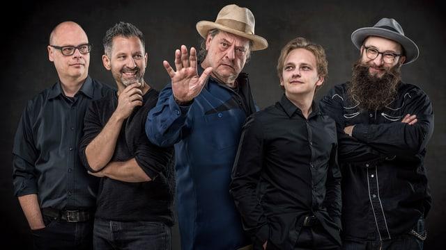 Endo Anacona posiert mit seinen aktuellen Mitmusikern.
