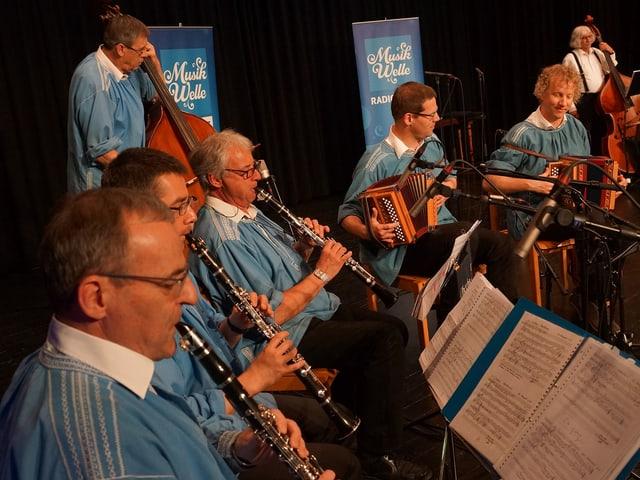 Eine Volksmusikformation mit Klarinetten, Schwyzerörgeli und Kontrabass.