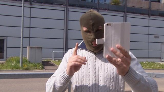 Ein Mann mit Maske (Sturmhaube)