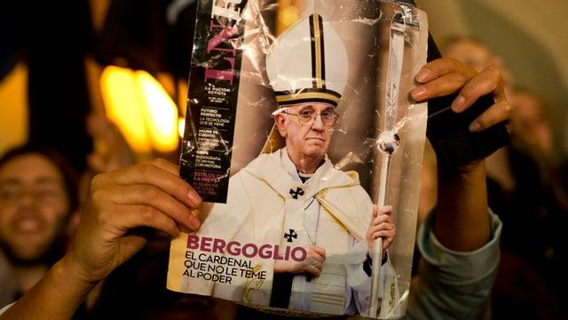Frontseite eines Magazins mit Papst Franziskus.