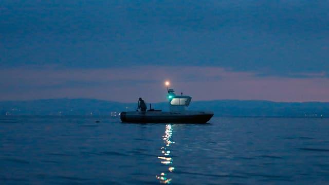Am frühen Morgen sticht Reto Leuch seit über 20 Jahren in den See, um Fische zu fangen und sie anschliessend zu verkaufen.
