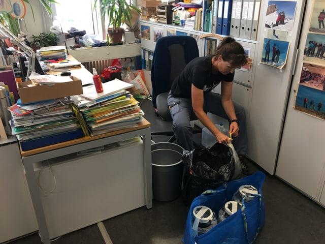 Gabi Müller packt Fallen in Plastiksäcke