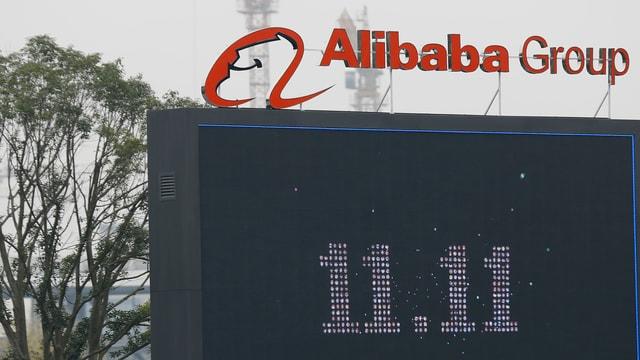Grosses Display mit dem Datum 11.11. unter dem Firmenschriftzug Alibaba Group