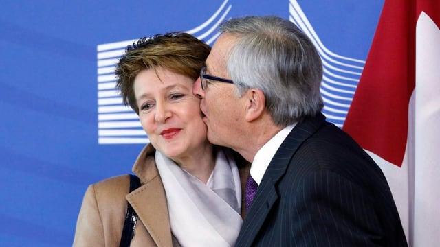 Sommaruga hält Juncker die linke Wange hin, der küsst sie mit halboffenem Mund.