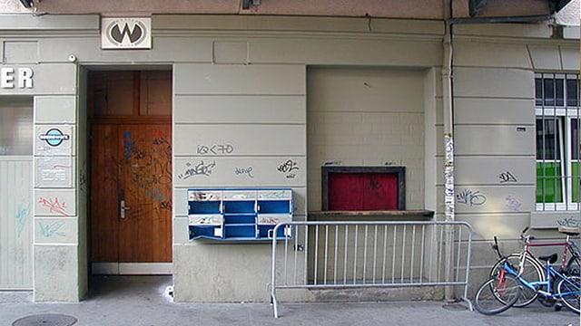 Haueingang, Graffiti an der Haustüre und den Briefkästen.