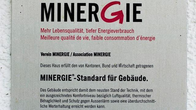 Tafel mit dem Minergie-Logo