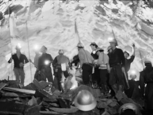 Die Mineure feiern den Durchstich 1966 mit Fahnen.