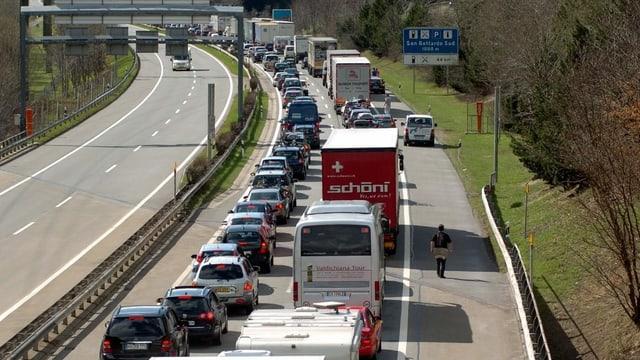 Zu sehen Verkehr auf einer Autobahn.