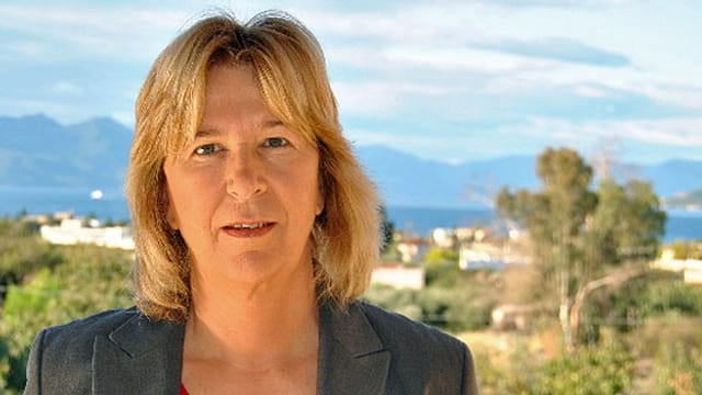Corinna Jessen bei TV-Schaltung nach Athen mit Mikrofon.