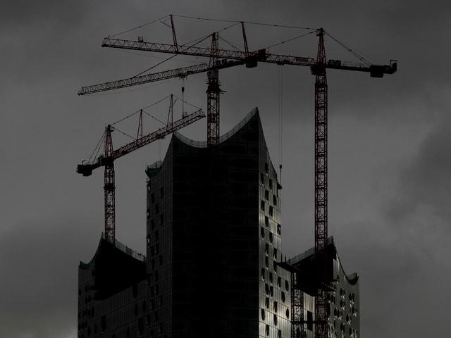 Die Kosten des Baus der Hamburger Elbphilharmonie könnten nach Medienberichten auf mehr als 600 Millionen Euro steigen.