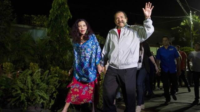 Zu sehen sind Nicaraguas Ortega und seine Frau.