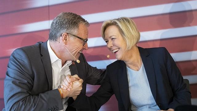 Andreas Meyer, schef SBB e Monika Ribar, presidenta cussegl d'administraziun (maletg d'archiv).