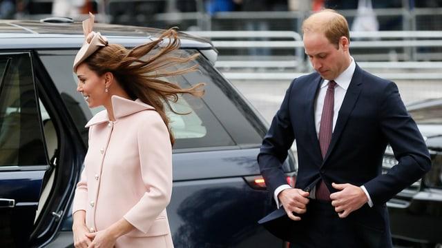 Herzogin Catherine und Prinz William laufen in RIchtung Kirche.