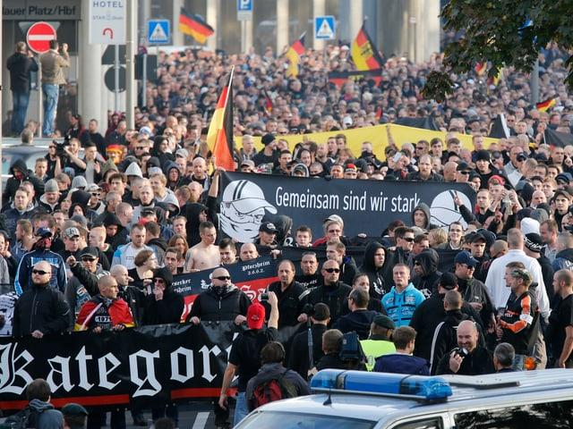 Hooligans ziehen mit Fahnen und Transparenten durch Köln