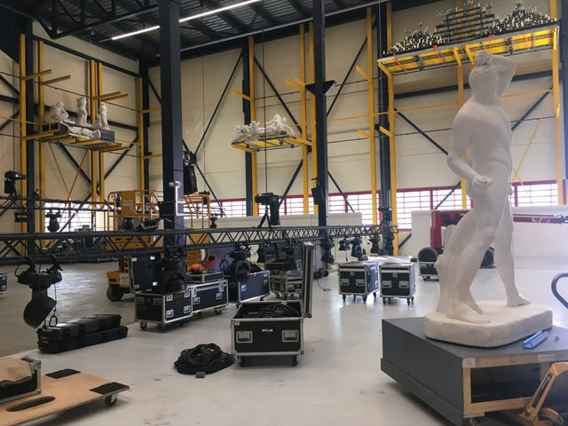 Halle mit Kisten und Statuen drin