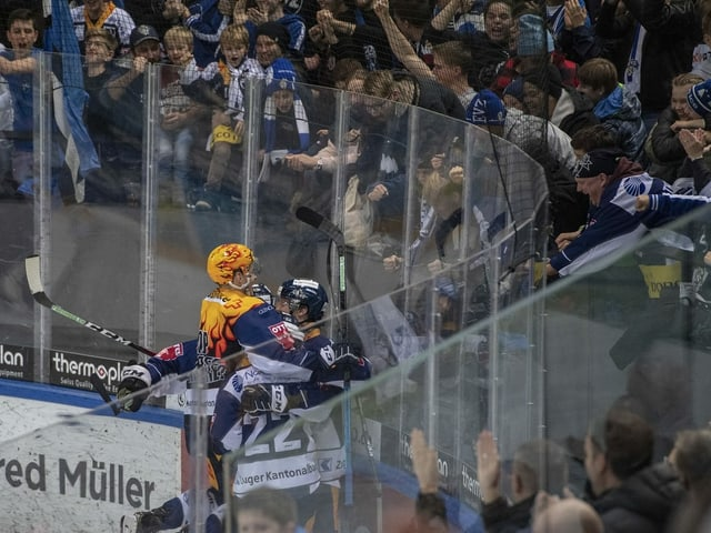 Das Publikum ruft den Akteuren von Zug und Bern auf dem Eis zu.
