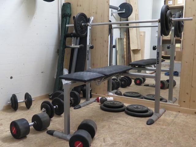 Fitnessgeräte stehen in Fitnessraum.