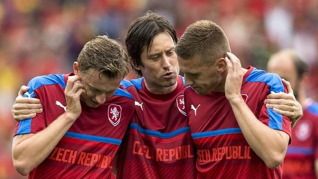 Tschechiens Routinier Tomas Rosicky und zwei Teamkollegen