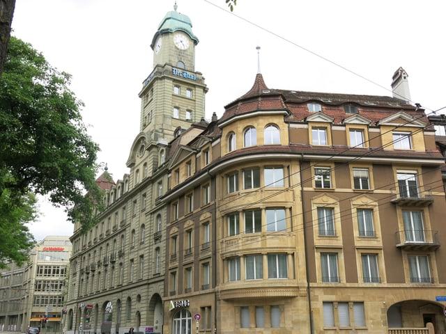 Ein Gebäude aus gelbem Stein.