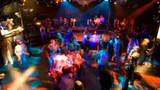 Tanzende Leute in einem Club.