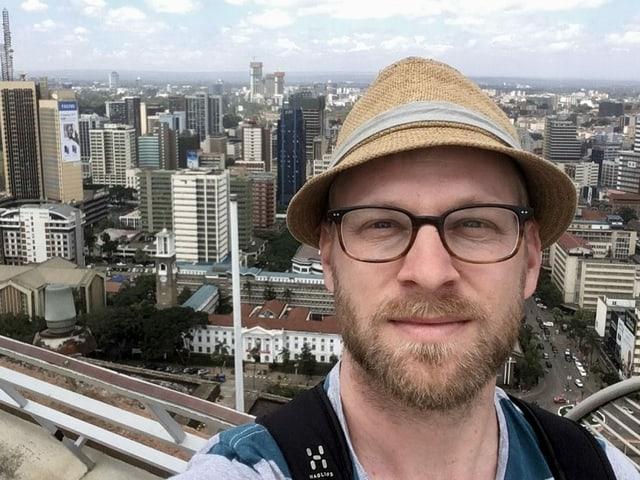 Samuel Burri auf einem Aussichtspunkt.