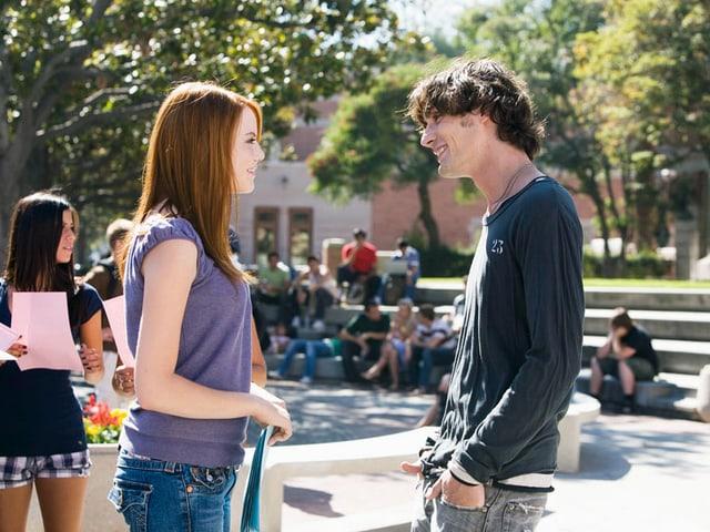 Emma Stone als Natalie flirtet auf dem Uni-Campus mit Tyson Ritter als Colby.