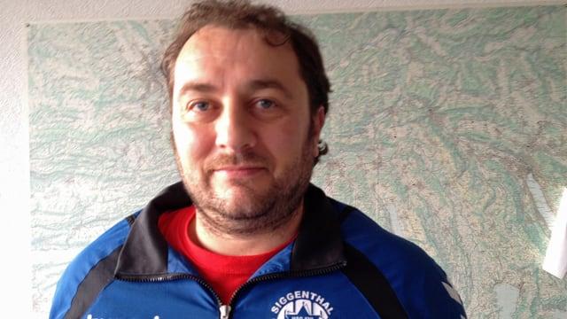 Marco Bodmer vom Handballclub Siggenthal vom Stein steht vor einer Aargauer Karte