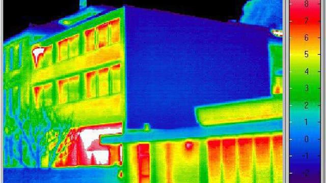 Infrarotaufnahme eines Gebäudes mit rot hervorstechenden Fenstern.