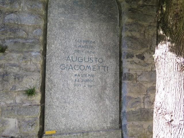 Ein Grabstein aus Stein, schlicht, ohne Firlefanz