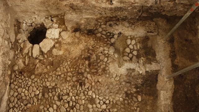Der neu entdeckte Keller im Haus Krieg mit gepflastertem Boden und einem Sodbrunnen.