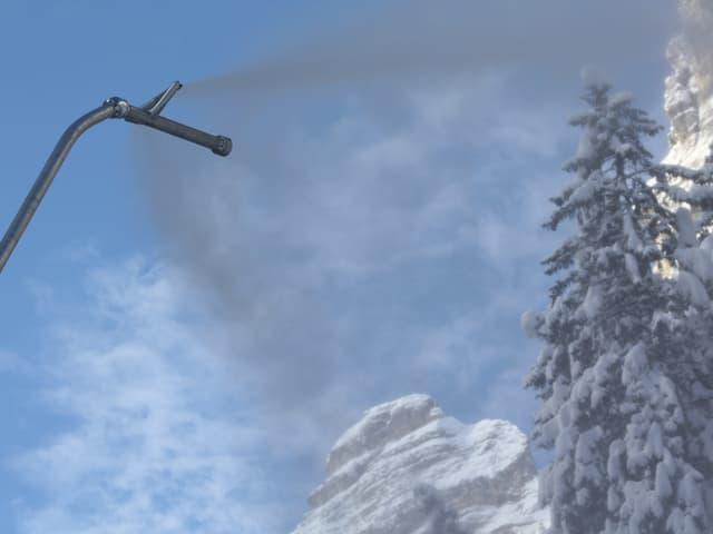 Eine Schneilanze im Einsatz für die Skifahrer in den Schweizer Bergen.